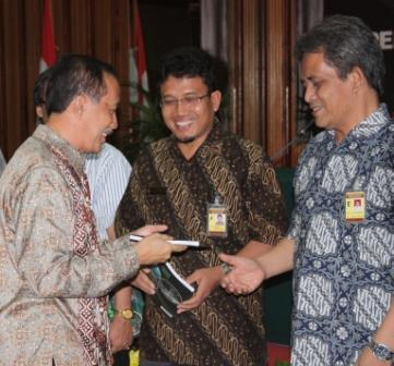 Pak_Hadi_handing_over_the_book